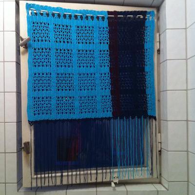 Den virkade gardinen till badrummet. Rum-mumma!