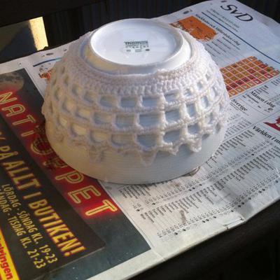 Stärk en virkad korg genom att forma den över en skål, efter att du doppat den i sockervatten eller sockerlösning.